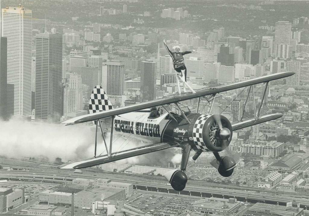 31 августа 1982 года. Кэрол Линн наверху биплана, пилотируемого ее мужем над Торонто.