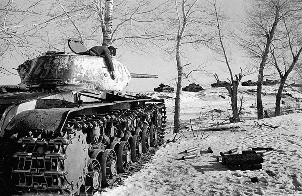 Расстрелявший немецкую танковую колонну советский танк КВ-1C и его погибший танкист. Воронежский фронт. Январь-февраль 1943 г.