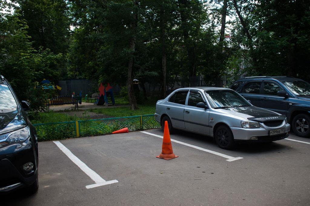 Конус, парковочный барьер - это уже прошлый век. Сейчас в моде креатив.