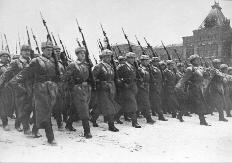 Парад на Красной площади. Бойцы уходили прямо на фронт, который был всего в нескольких километрах, 07 ноября 1941 года.