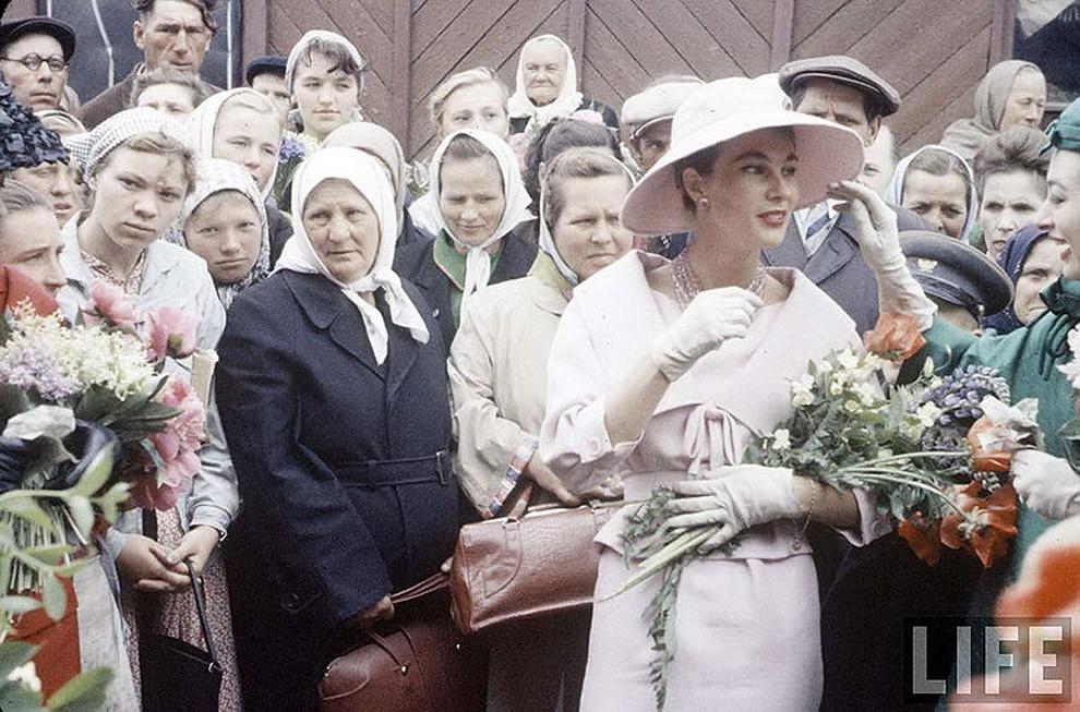 Встреча двух разных миров: показ Dior в Москве, 1959 год.   Источник: http://fishki.net/1732417-25-istoricheskih-fotografij-ot-kotoryh-szhimaetsja-serdce.html © Fishki.net