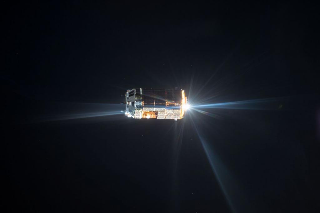 9. Вид на японский беспилотный грузовой корабль H-II Transfer Vehicle 6, 24 августа 2015 года