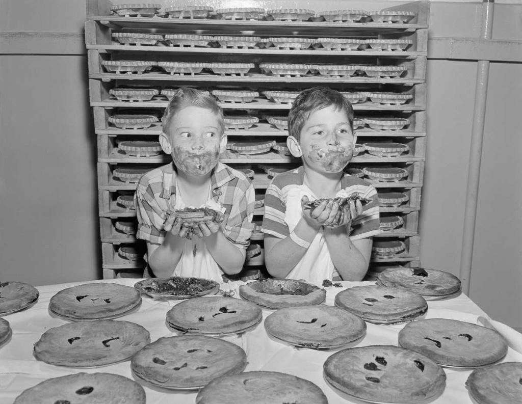 29 ноября 1950 года. Мальчики практикуется перед конкурсом по поеданию пирогов на Лос-Анджелесском продовольственном шоу.