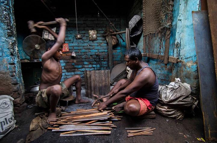 10. Поощрительная премия — «Железные ребра» (автор: Сабхасис Сен, Индия). Мальчик с отцом выгибают железо в своей мастерской.