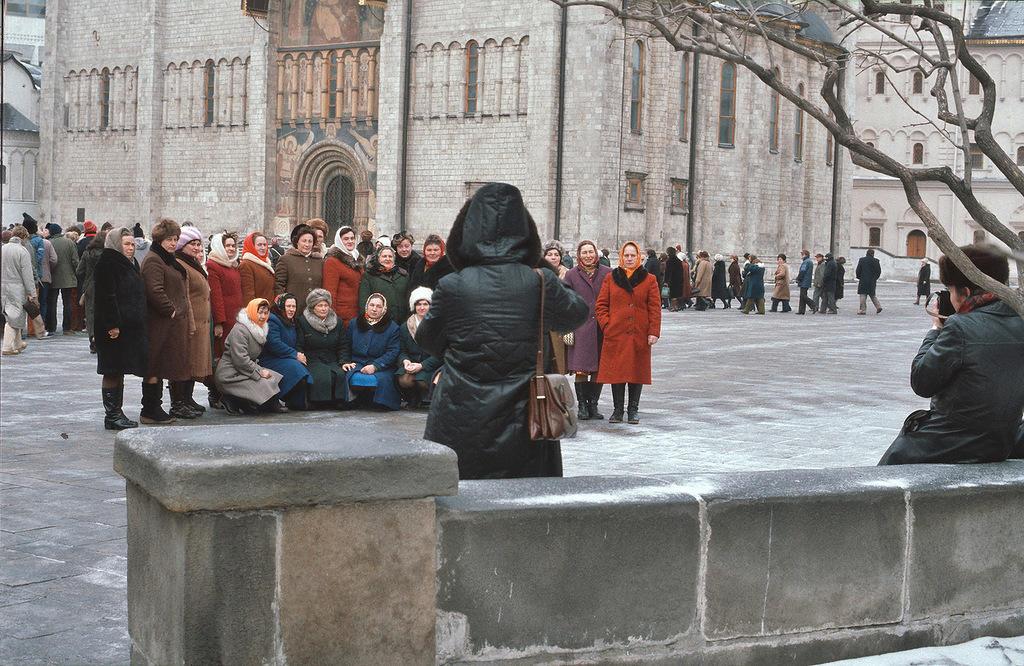 9. На экскурсии в Кремле, женщины одеты в однотипные пальто.