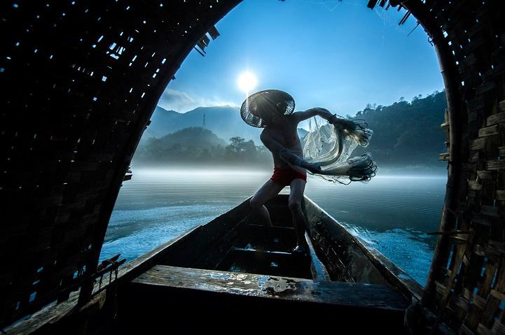 1. Второе место — «Рыбаки с сетью» (автор: Лиминг Цао, Китай). Рыбаки ловят рыбу сетью рано утром. Они зарабатывают себе на жизнь, продавая ее на рынке.