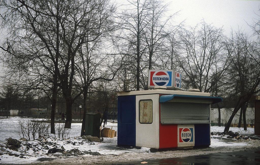 10. «Следы капитализма» в Парке Горького. Вероятно, эти палатки были установлены к Олимпиаде-1980.