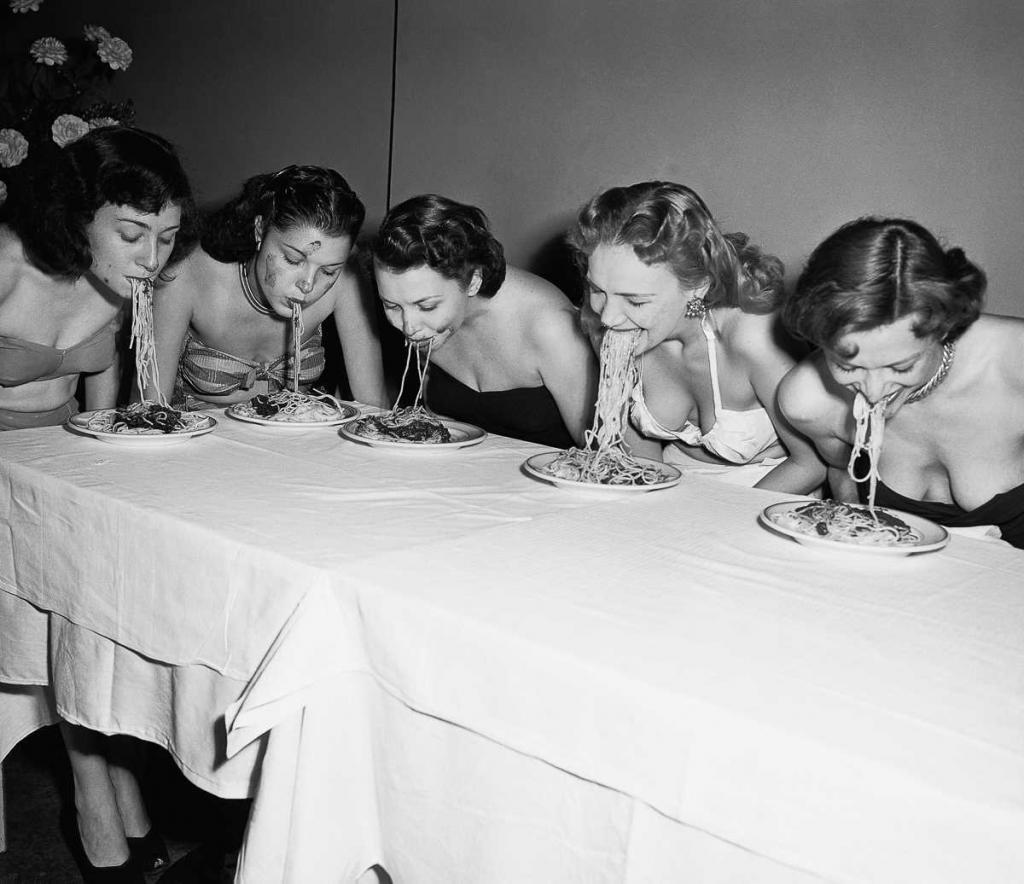 Как выглядели конкурсы по скоростному поеданию пищи в прошлом