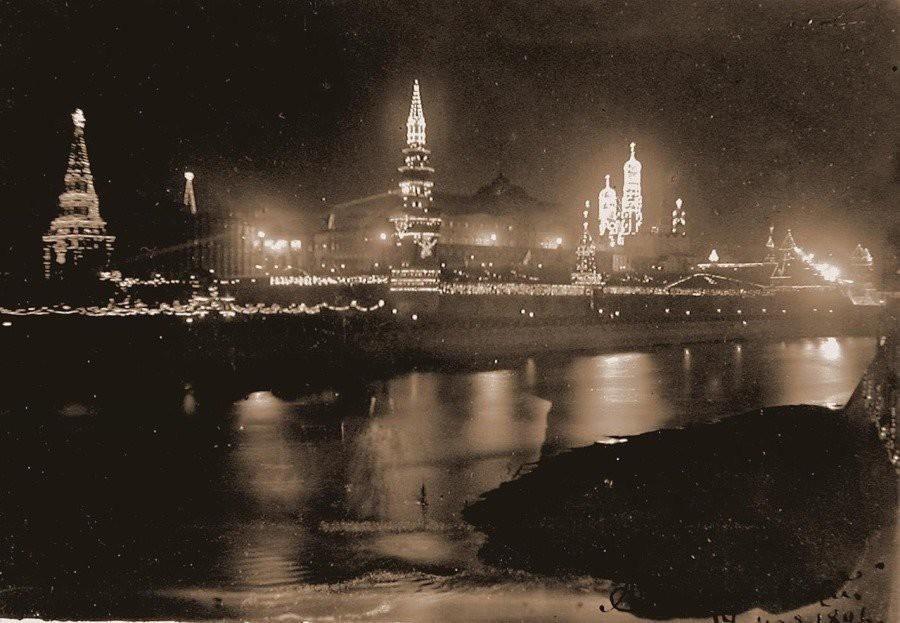 Кремль декорирован электрическими лампочками в честь коронации Николая II. 1896 г.