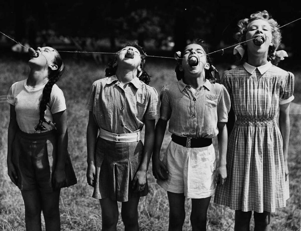 25 июля 1952 года. Лондонские учащиеся пытаются съесть подвешенный картофель.