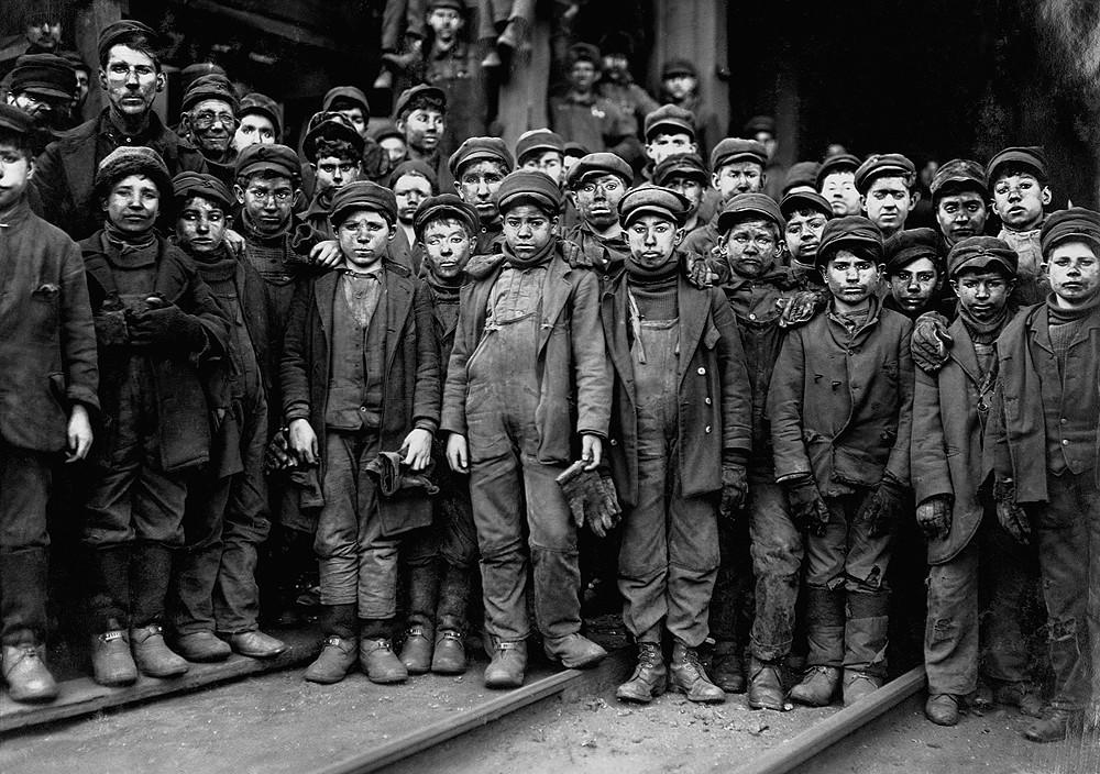 Несовершеннолетние шахтеры, нанятые для работ в угольных шахтах компанией Pennsylvania Coal Company. США. 1911 год.