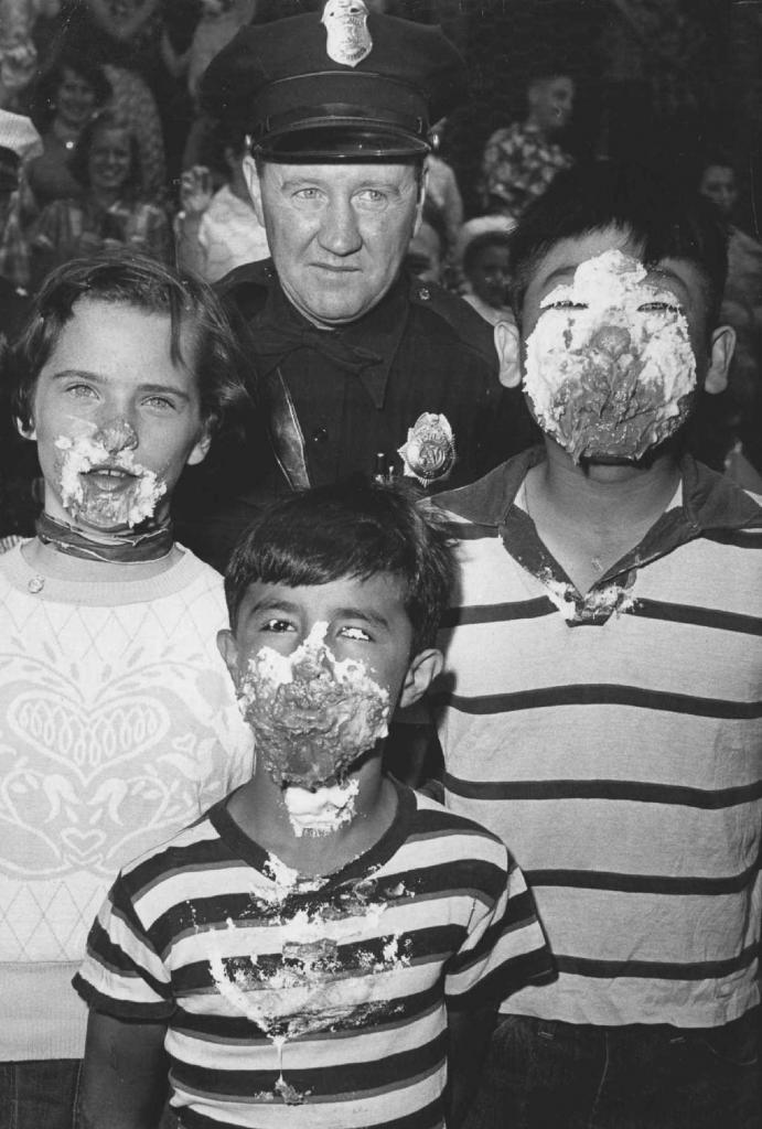 13 мая 1954 года. Патрульный из Денвера Джо Хейл позирует с победителями конкурса по поеданию пирогов.