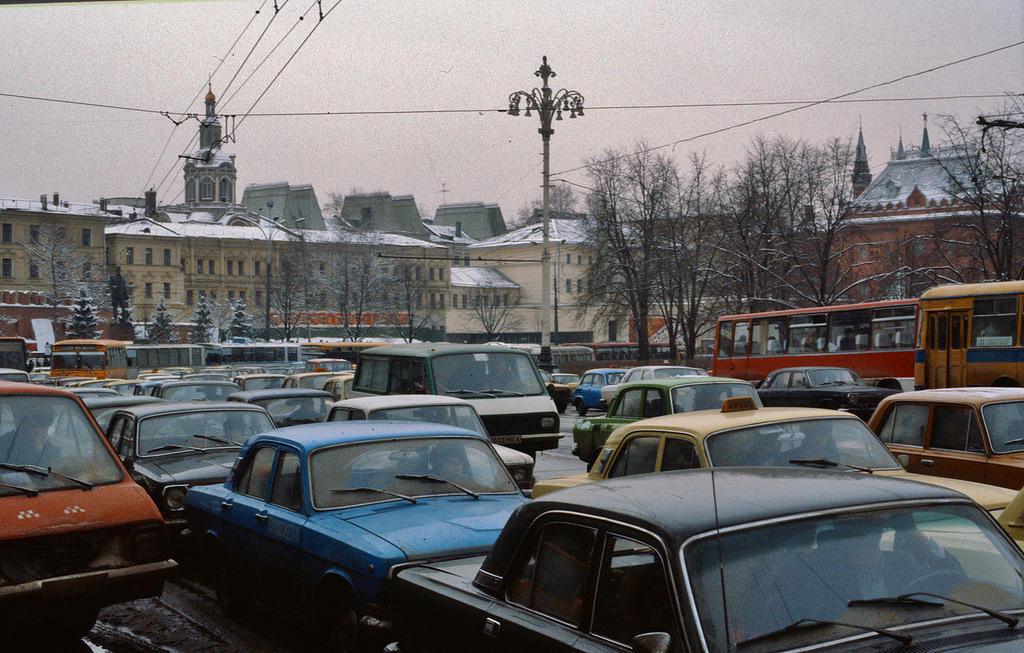 12. Автор умудрился найти в Москве 1984 года даже настоящую автомобильную пробку.