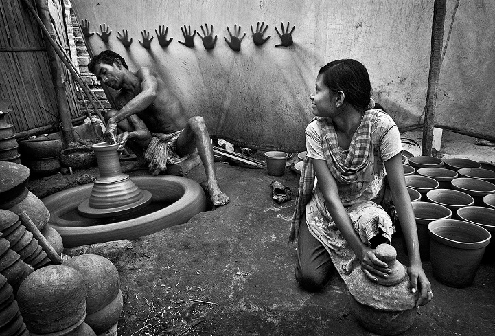14. Третье место — «Руки за свободу» (автор: Пранаб Басак, Индия). Девочка-подросток помогает отцу в его гончарной мастерской.