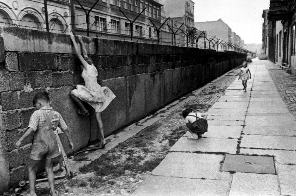 Дети у Берлинской стены.