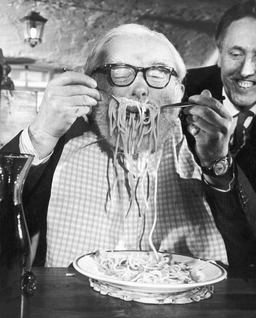 5 декабря 1967 года. Участник конкурса атакует тарелку со спагетти в ресторане Alpino в Лондоне.