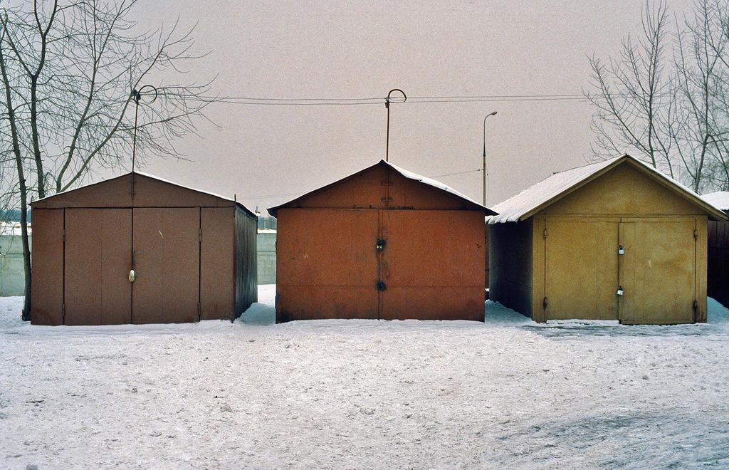 14. Такие гаражи имелись во многих дворах и сейчас еще кое-где сохранились, хотя их последовательно искореняют.