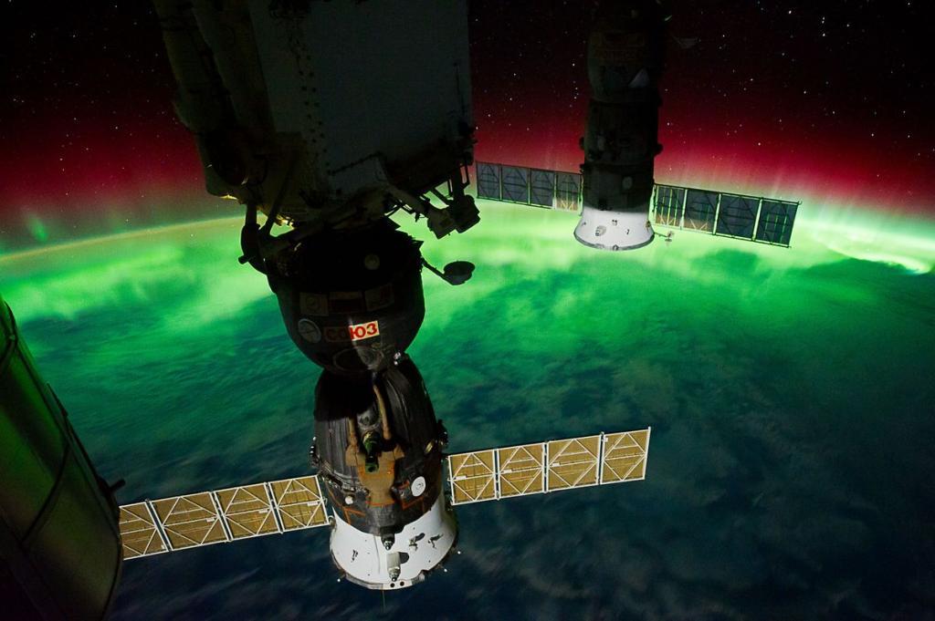 14. Полярное сияние, снятое членом 29-й экспедиции на борту МКС, 17 сентября 2011 года