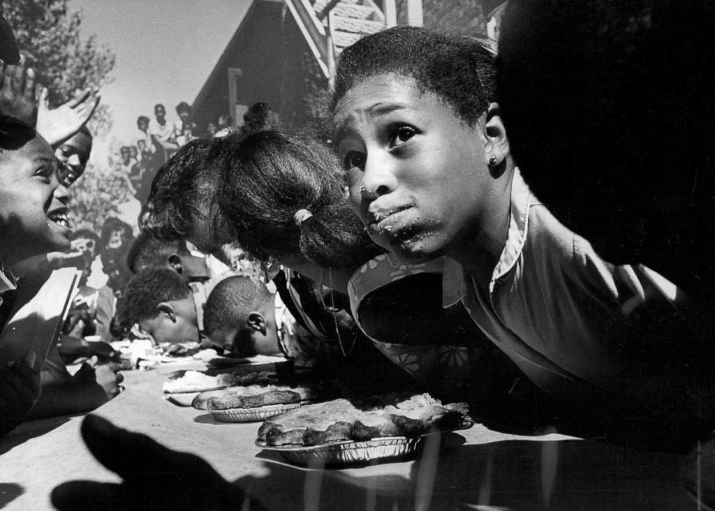 22 августа 1968 года. 12-летний Мишель Биллингслай во время конкурса по поеданию пирогов в Денвере, штат Колорадо.