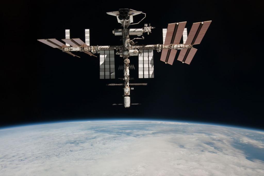 15. Фото МКС, сделанное членом 27-й экспедиции Паоло Несполи с «Союза ТМА-20», 23 мая 2011 года