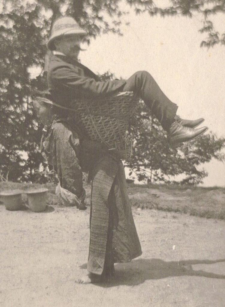 Колонизатор-купец использует местную женщину в качестве транспорта. Бенгалия, Британская Индия. 1903 год.