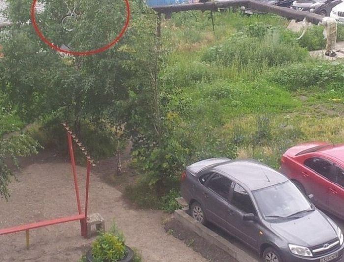 Вы только посмотрите, куда этот ненормальный запулил велосипед