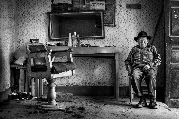 17. Победитель в регионе Латинская Америка и Карибы — «Парикмахер Элеутерио» (автор: Давид Мартин Уамани Бедойя, Перу). Элеутерио Артуро Леону Мехиа больше 90 лет. Из них 65 он посвятил парикмахерскому ремеслу. В его кресле побывало несколько поколений его соседей. Он живет в провинции Каруаз в Перу вместе со своими детьми и внуками, которые занимаются сельским хозяйством. Своим небольшим, но весьма почетным делом он продолжает вносить свою лепту в доходы семьи.