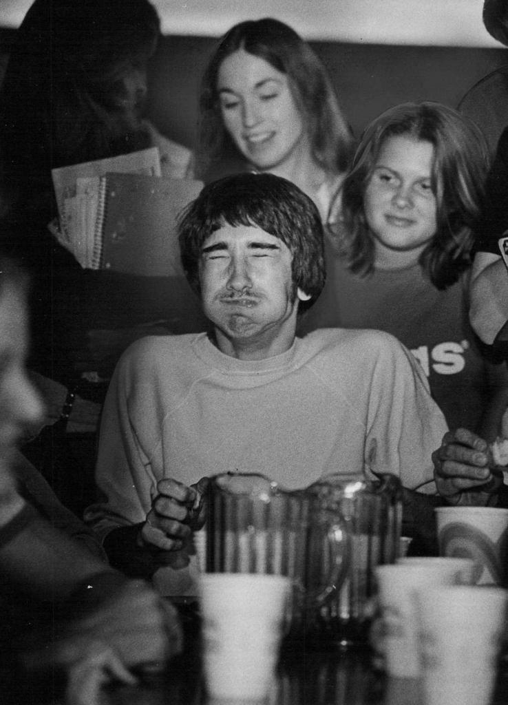 20 апреля 1978 года. Дэйв Восе кривится перед победой в конкурсе по поеданию пищи, состоявшегося в память о печально известном людоеде из Колорадо Альфреде Пэкере.
