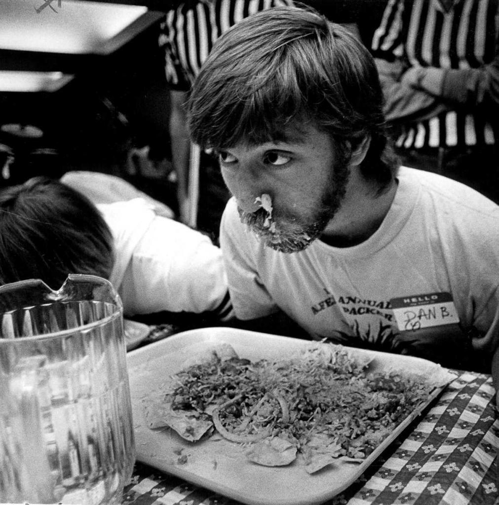13 апреля 1984 года. Дэн Блюмштейн ест во время конкурса Альфреда Пэкера.
