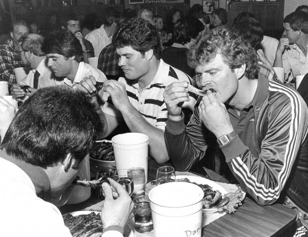 20 сентября 1985 года. Мужчины соревнуются в конкурсе по поеданию ребрышек в Денвере, штат Колорадо.