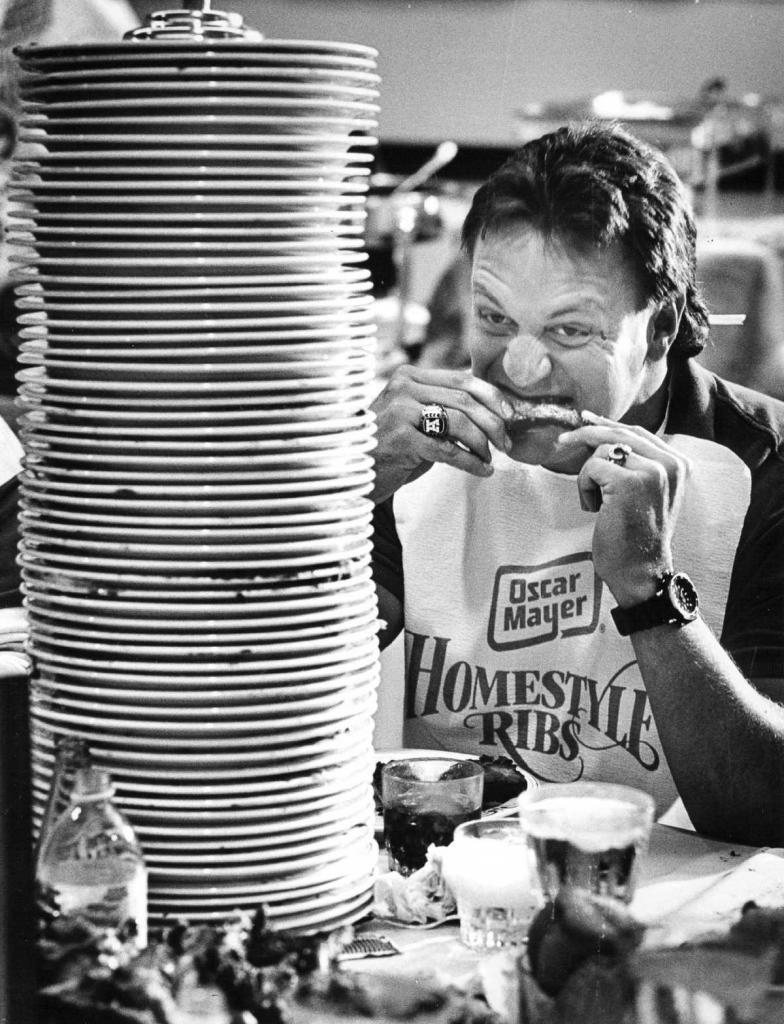 2 сентября 1987 года. Игрок команды «Денвер Бронкос» участвует в благотворительном конкурсе по поеданию ребрышек в Денвере.