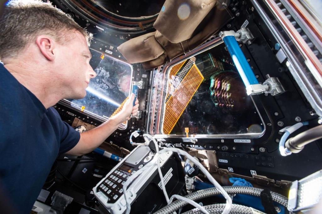 1. Инженер Терри Виртс ловит свое отражение и восход, 2 декабря 2014 года