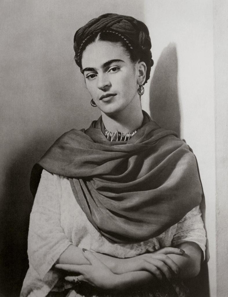 Мексиканская художница Фрида Кало в 1939 году. Портрет снял фотограф венгерского происхождения Николас Мюрей.