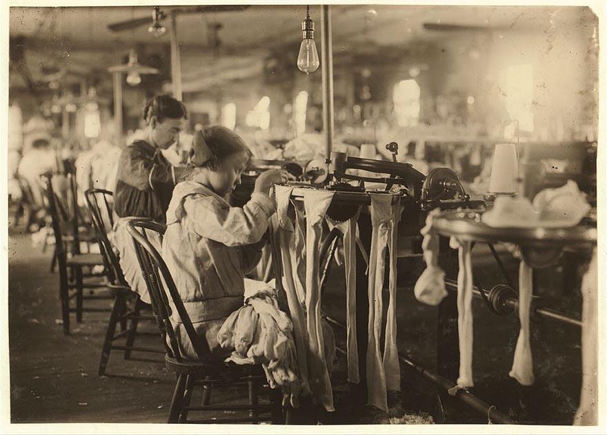11-летняя работница на чулочно-носочной фабрике. Заработок Нанни Колезон составляет около трёх долларов в неделю.