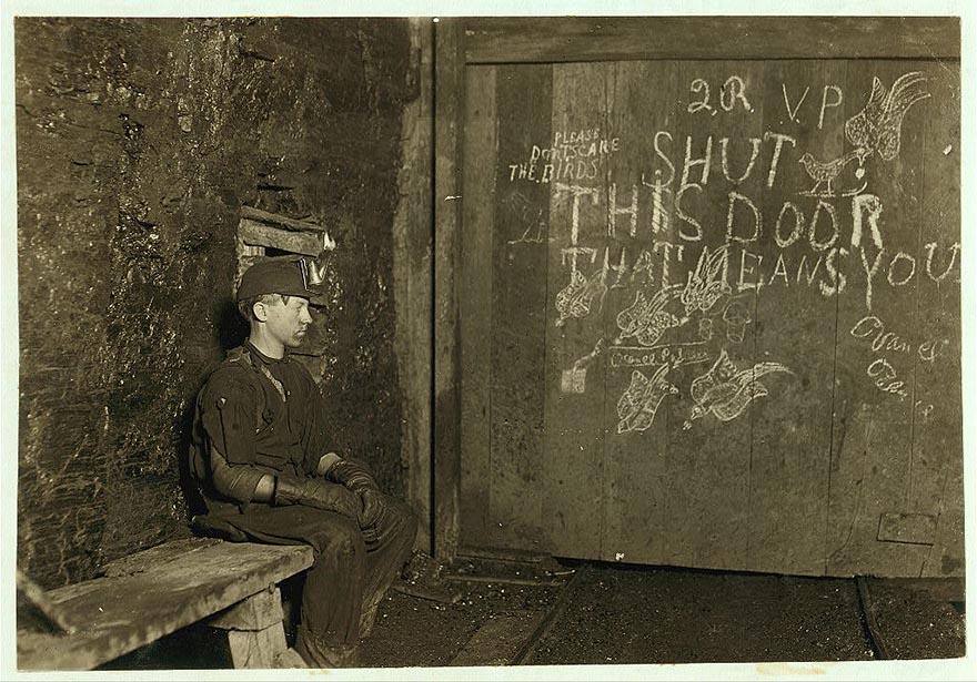 Дверовой в угольной шахте работает по 10 часов за 0,75 долларов в день, Западная Вирджиния.