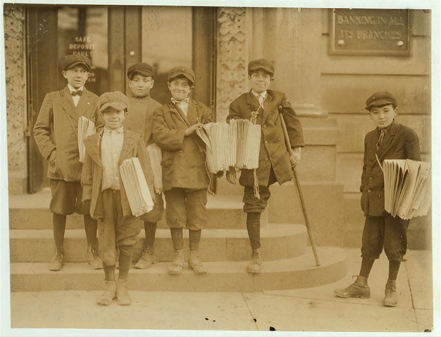 Продавцы газет на оживлённом перекрёстке, Джерси-Сити, Нью-Джерси.
