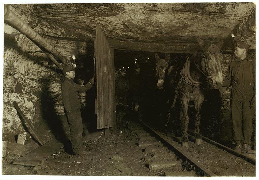 Вилли Брайден, 13 лет, удерживает дверь в угольную шахту, Питтстон, Пенсильвания.