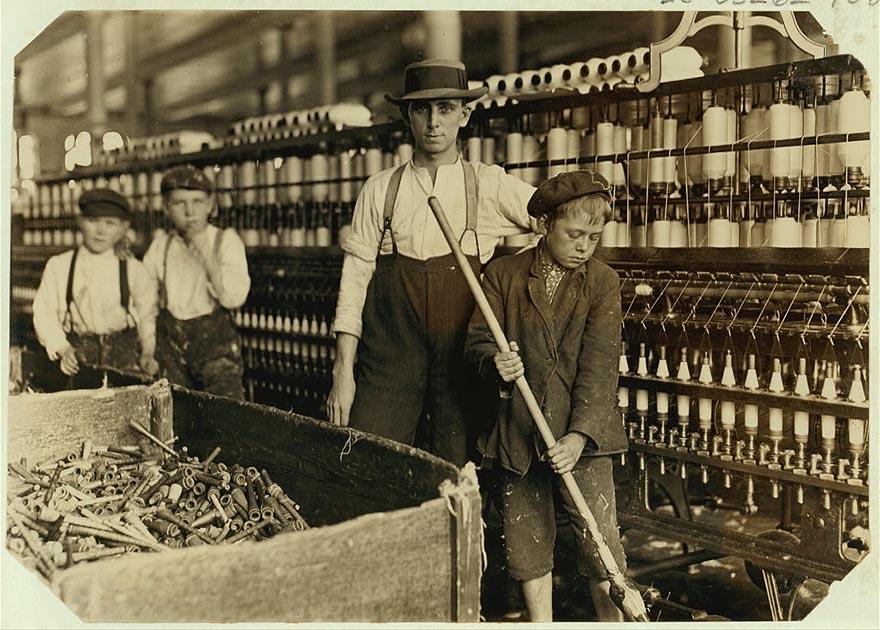 Мальчики, работающие съёмщиками катушек на прядильной технике, Ланкастер, штат Южная Каролина.