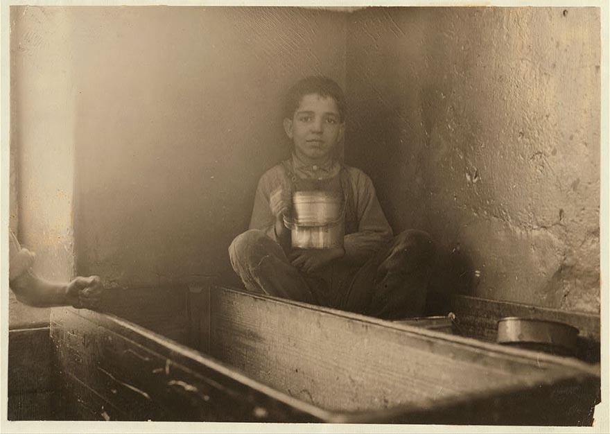 5-летний Джо Беневидос обедает.