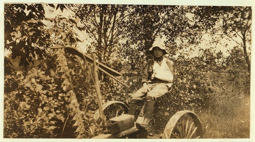 Двенадцатилетний Клинтон Стюарт лишился руки, работая с сенокосилкой.