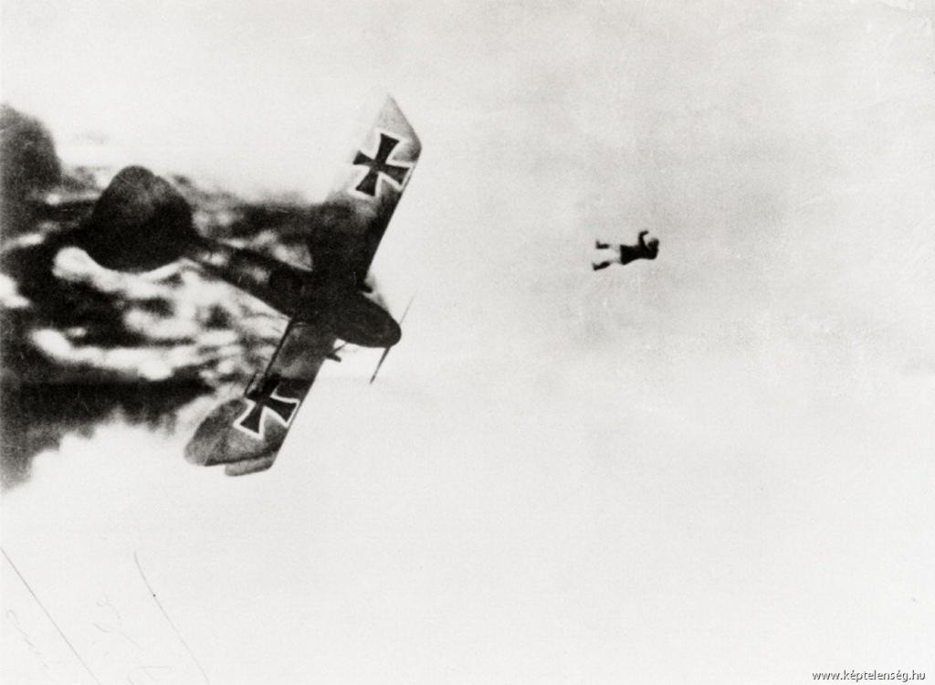 Немецкий лётчик выпал из горящего самолёта. Первая Мировая война, 1914-1918 гг. Парашютов ещё не было.