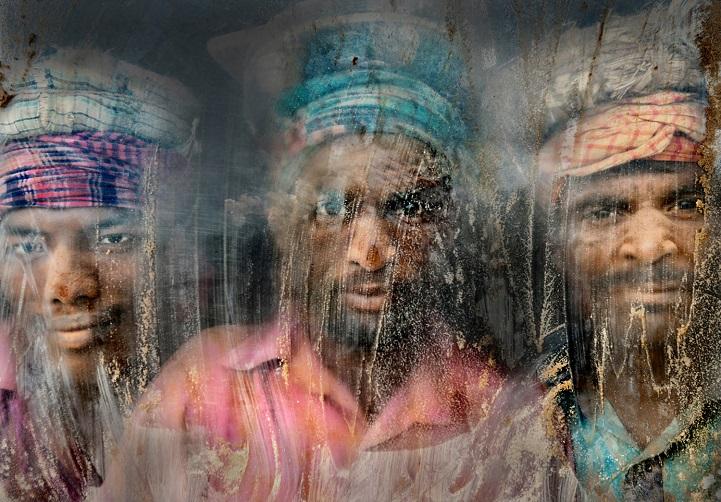3. Поощрительная премия — «Дробильщики гравия» (автор: Файзал Азим, Бангладеш). Эти рабочие занимаются дроблением гравия в Читтагонге, Бангладеш. Они смотрят через окно своего завода, полного пыли и песка. Они работают здесь полгода, а потом возвращаются домой или отправляются на новое место.