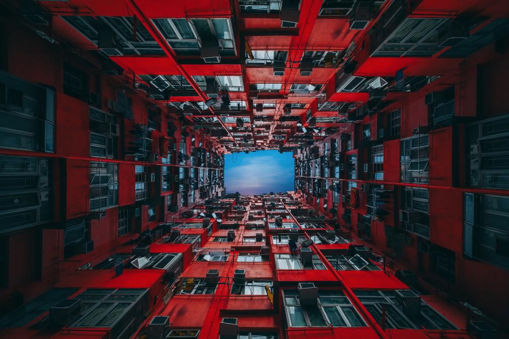 В старых кварталах Гонконга, где не растёт ни единого дерева, потому что дома занимают каждый свободный участок островной суши, распространены коммуналки.
