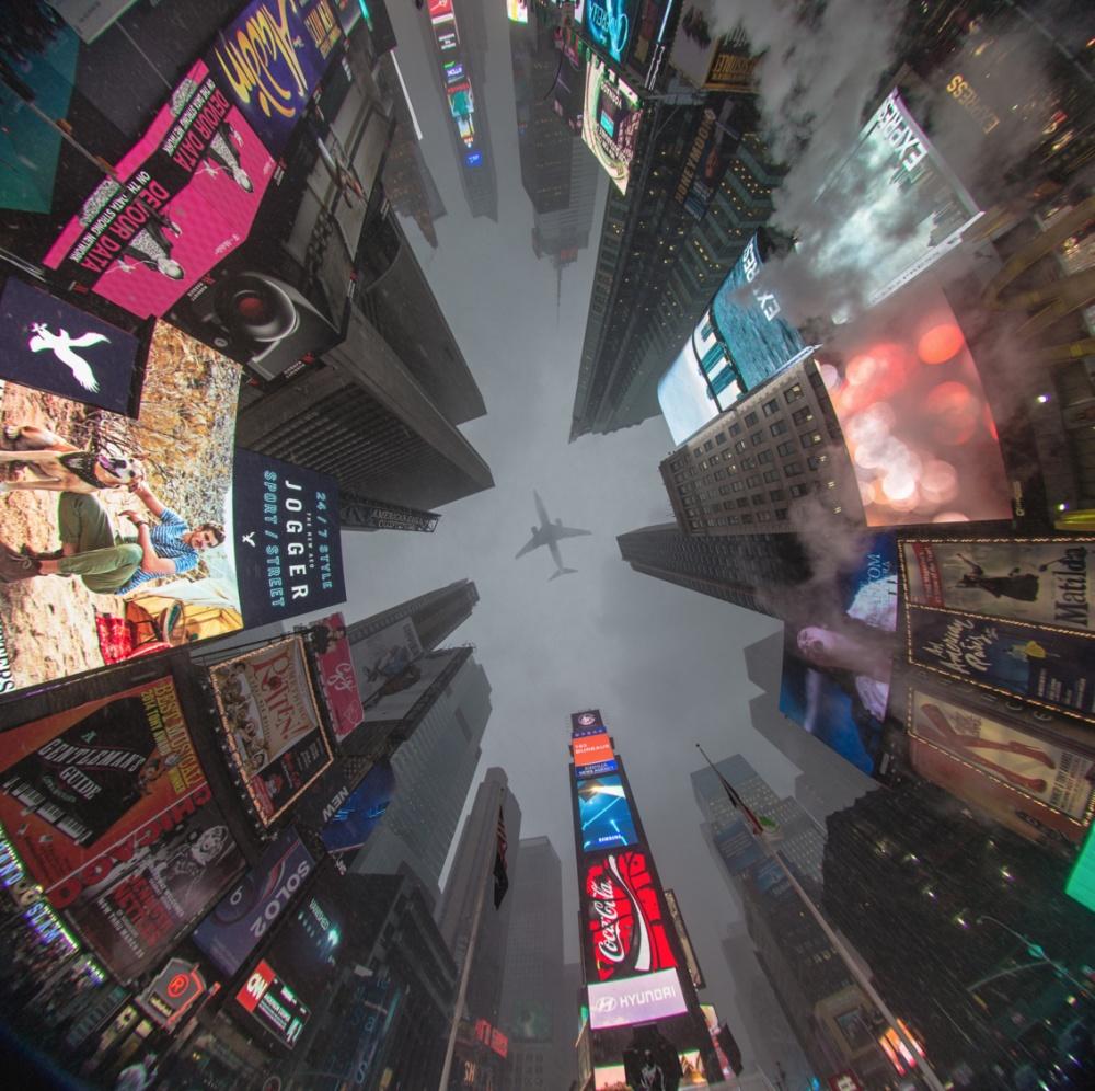 Таймс Сквер, Нью-Йорк, США. Вид снизу.