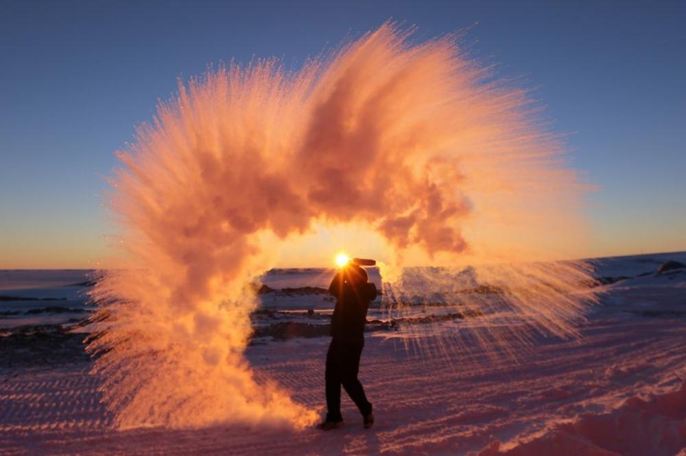Вот что получится, если разлить горячую воду в Антарктиде.