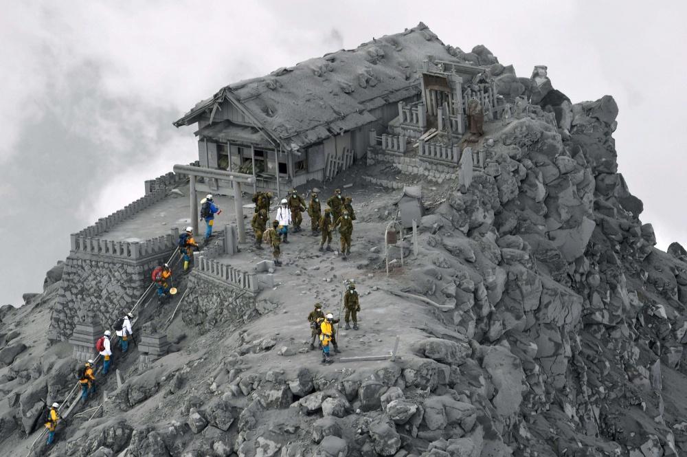Храм, который оказался покрыт пеплом в результате извержения вулкана Онтаке, Япония.