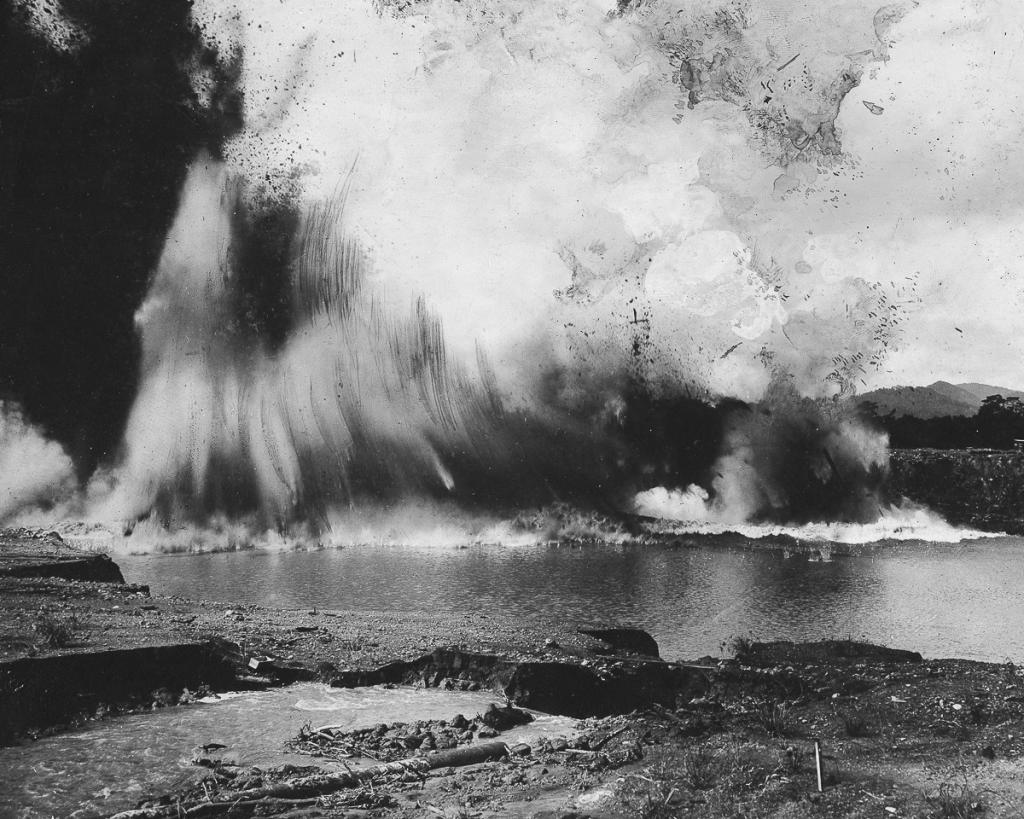 Panama : Blasting of the last rocks before the break through to the Atlantic during the construction of the Panama Canal - 1913 - Photographer: Philipp Kester - Vintage property of ullstein bild