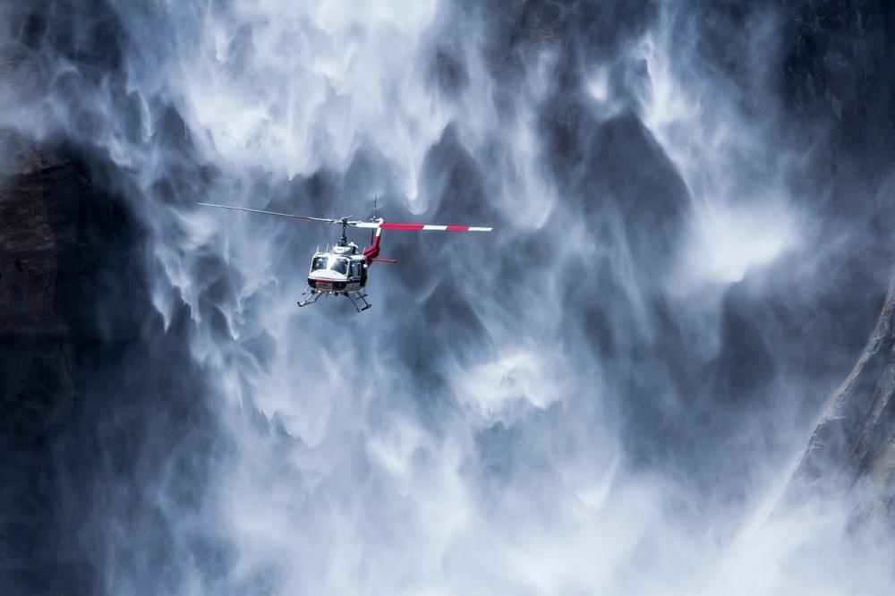 Вертолет вблизи водопада Йосемити, США