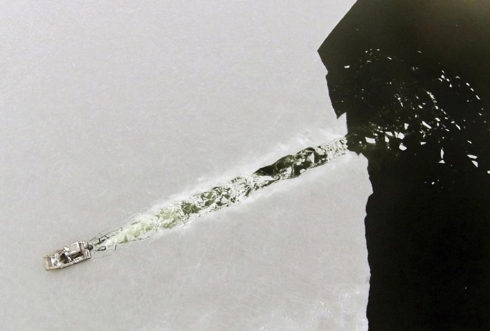 Лодка прорезает свежий слой льда в бухте Марион