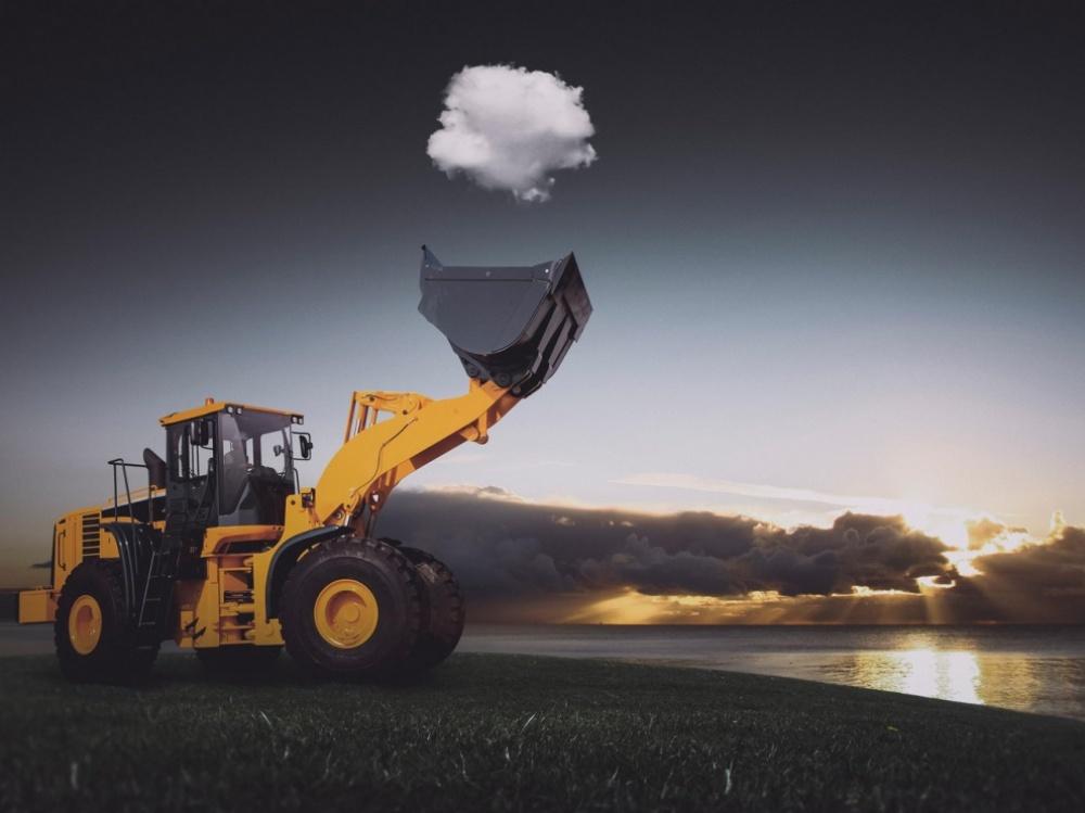Обычный рабочий момент. Трактор ловит облако